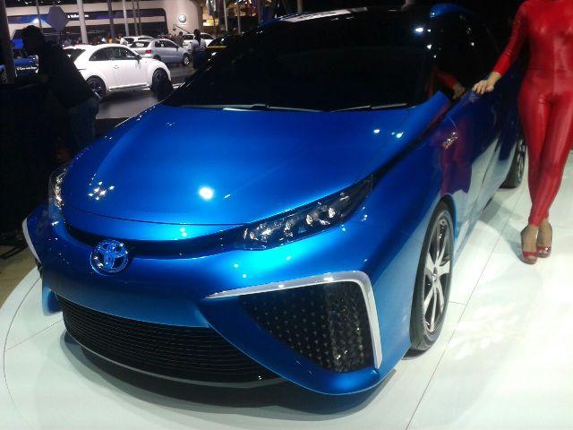 Carro a hidrogênio é atração no estande da Toyota