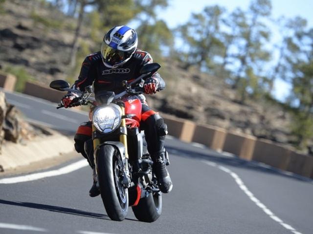 Ducati_monster_1200_pilotando