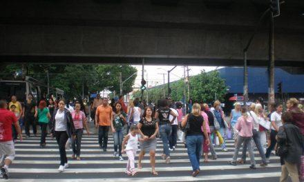 Pedestre também está sob as leis de trânsito