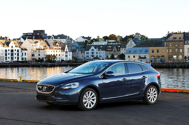 Volvo_V40_Kinetic_2016_frentlat2