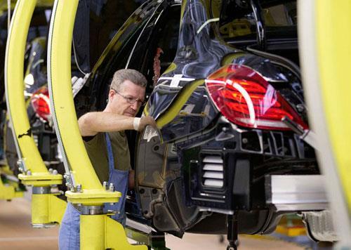 Mercedes-Benz troca robôs por gente