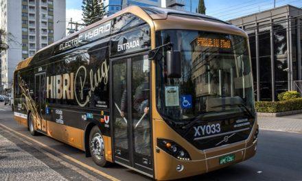 Ônibus híbrido recarrega nos pontos de parada