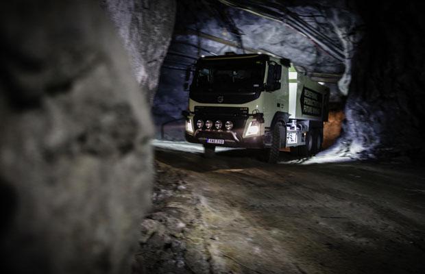 """Caminhão autônomo faz o """"trabalho sujo"""" no fundo da mina"""