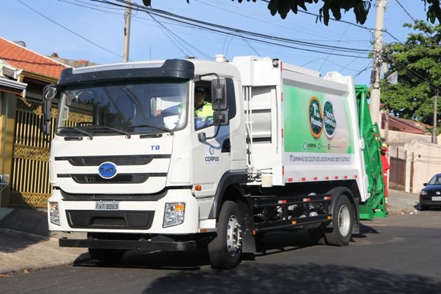 Um caminhão elétrico para coletar lixo