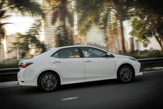 2018_Toyota_Corolla_lateral_2