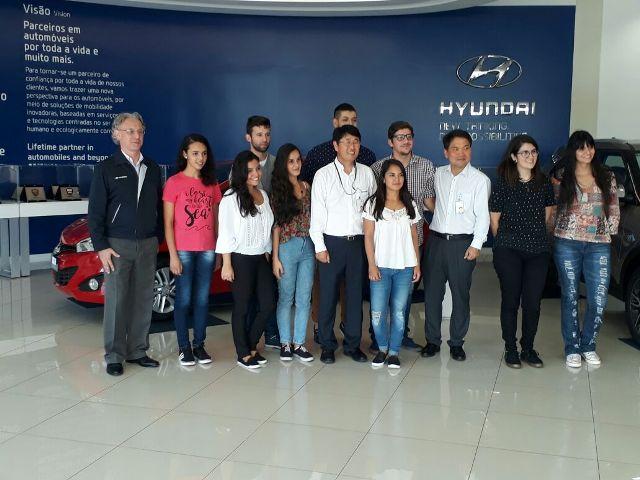 Estudantes visitam a fábrica da Hyundai