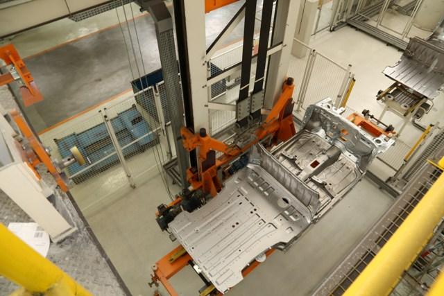 Elevador que gera energia na produção da Volkswagen do Brasil