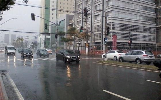 Na chuva, pedestre é prioridade
