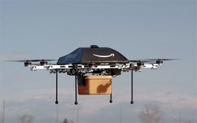 Drone carrega carro elétrico em marcha