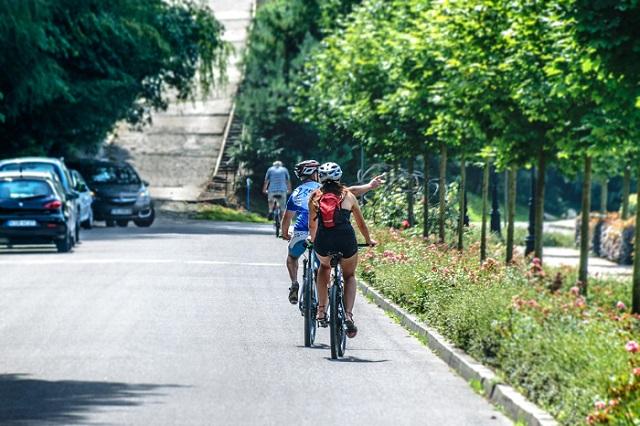 Ciclista deve pedalar a favor do trânsito
