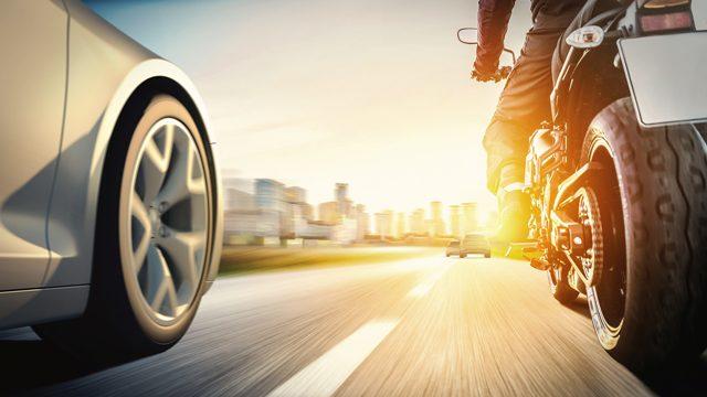 Assistência eletrônica para proteger o motociclista