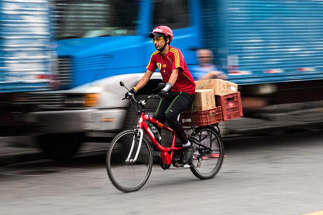 Patinetes e bikes entregam encomendas em SP