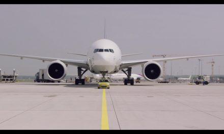 Míni elétrico reboca avião na Alemanha